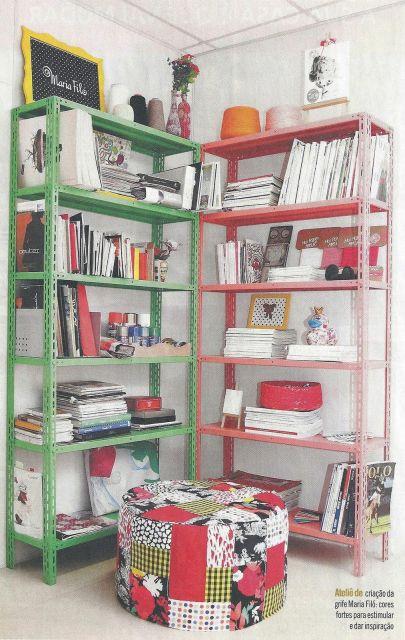 estantes de aço em verde e vermelho