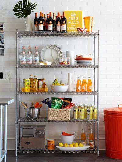 estante de aço com pratos e alimentos em laranjas