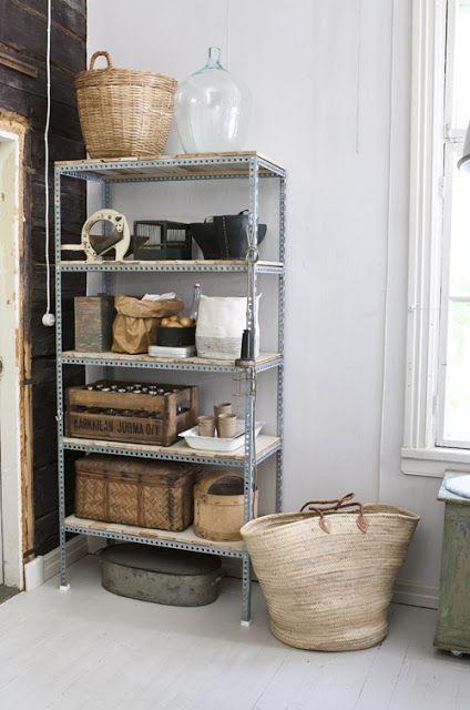 estante de aço na cozinha com caixotes e cestas em madeira ou palha