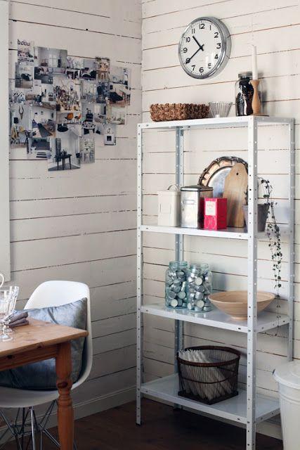 estante de aço branca na cozinha