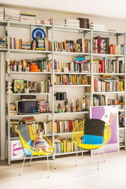 estante de aço para livros na sala