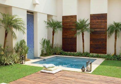 jardim com piscina pequena e deck