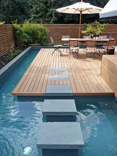 caminho até deck dentro da piscina