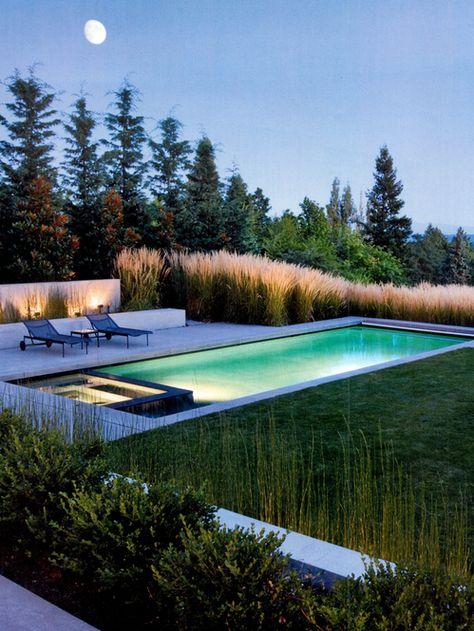 jardim com piscina iluminada