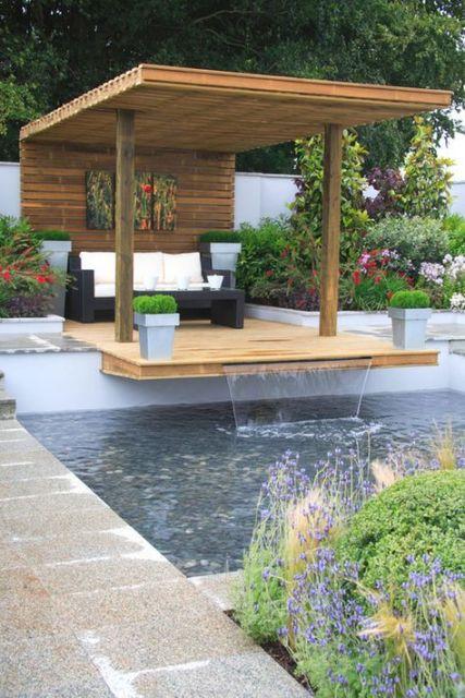 deck com cascata sobre piscina