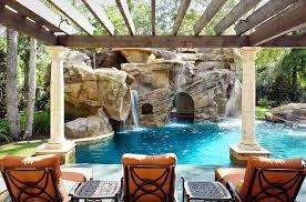 jardim com piscina e pergolado ao redor