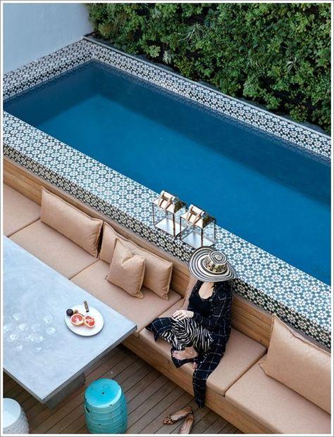 jardim com piscina com sofá ao redor