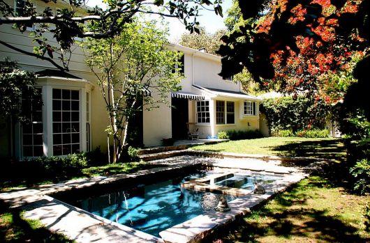 jardim grande com piscina pequena