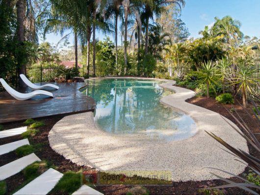 jardim com piscina que imita praia paradisíaca