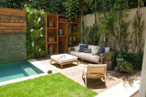 jardim com piscina pequena com sofá e espreguiçadeira ao lado