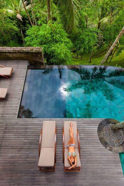 jardim com piscina infinita em deck