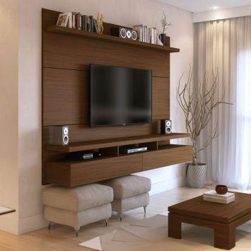 painel de madeira escura com prateleiras em torno de TV com espaço para guardar apoio de pé embaixo