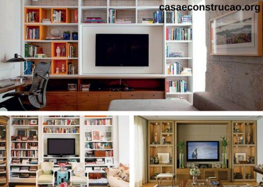 estantes de livros ao redor de TV