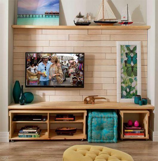 móvel planejado embaixo da TV com nichos com rodinhas organizados embaixo