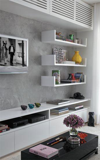 móvel planejado com estantes, aparador e armários em torno da TV