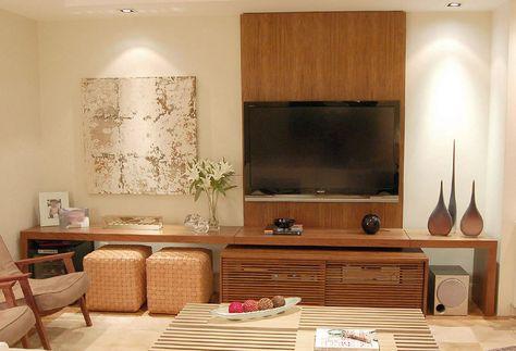 móvel planejado com painel para TV e aparador com espaço para nichos e para guardar apoio de pé