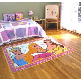 tapete emborrachado com estampa das princesas em quarto de crianças