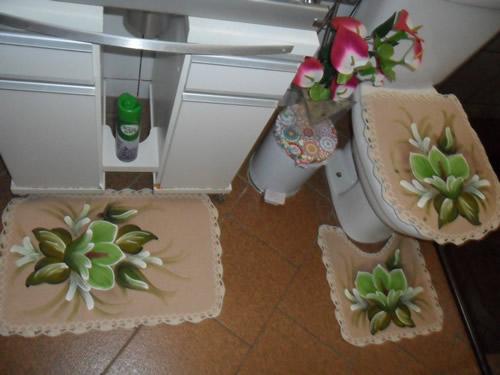 tapete emborrachado bege com flor no banheiro