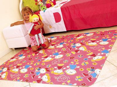 tapete emborrachado rosa em quarto de criança