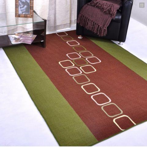 tapete emborrachado em verde e vinho na sala