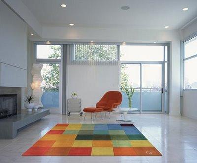 tapete emborrachado quadriculado colorido na sala
