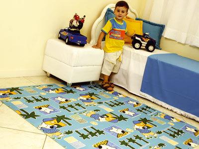 tapete emborrachado azul em quarto de criança