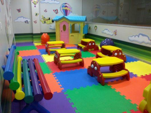 tapete emborrachado de EVA colorido em sala de brinquedo