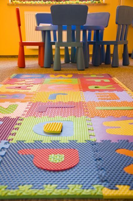 tapete emborrachado de EVA colorido com letras em sala de brinquedo