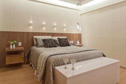 quarto de casal com arandelas na parede