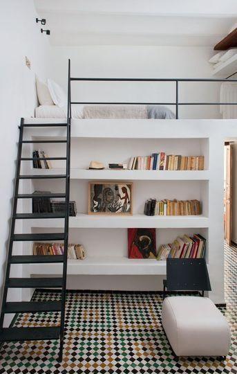 cama elevada com estante de livros