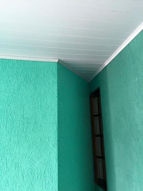 forro de pvc com moldura de gesso e parede verde