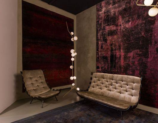 Sala em tons de vinho, sofá bege e luminária, pontos de luz.