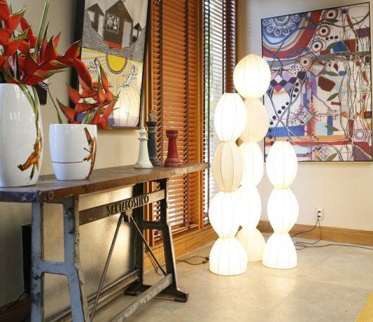 Luminária bolinhas de luz, em ambiente hall nas cores bege, com quadro ao fundo, colorido.