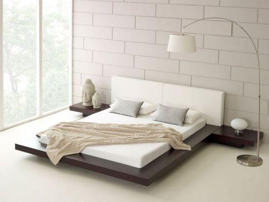 Quarto em tom de branco, bege clarinho, marrom e luminária arco branca.