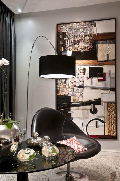 Sala all black nas cores de preto e branco, com luminaria de chao grande na cor preta também.