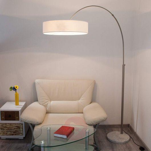 Salinha com sofá clean branco, mesa em vidro e luminaria cupula, arco na cor branca.