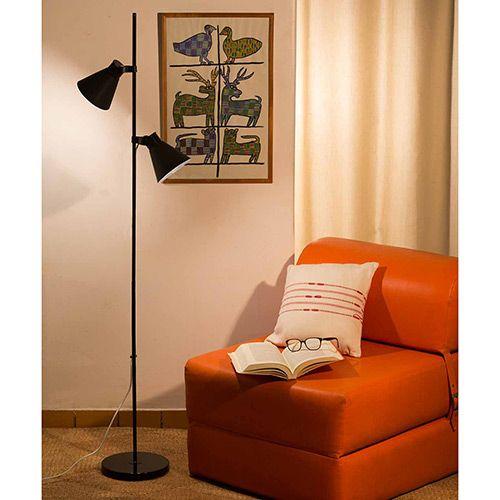 Salinha com sofá em couro laranja e luminária de duas lampadas na cor preta.