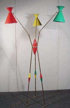 Luminária nas cores, verde, amarelo e vermelho com tripé.