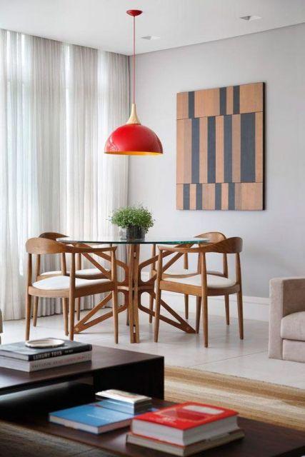 sala de jantar com pendente vermelho
