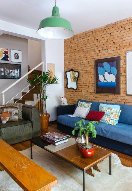 sala decorada com parede de tijolo à vista