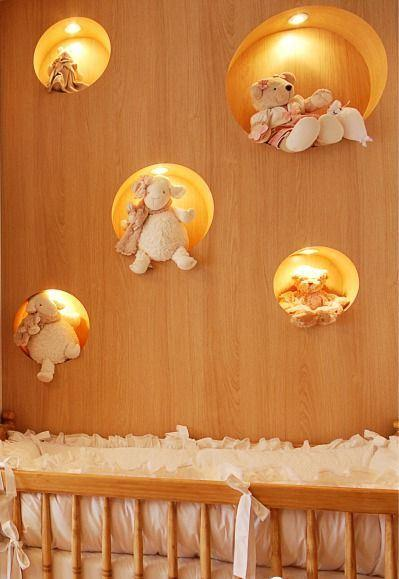 Nicho decorado com led e ursinho de pelúcia.