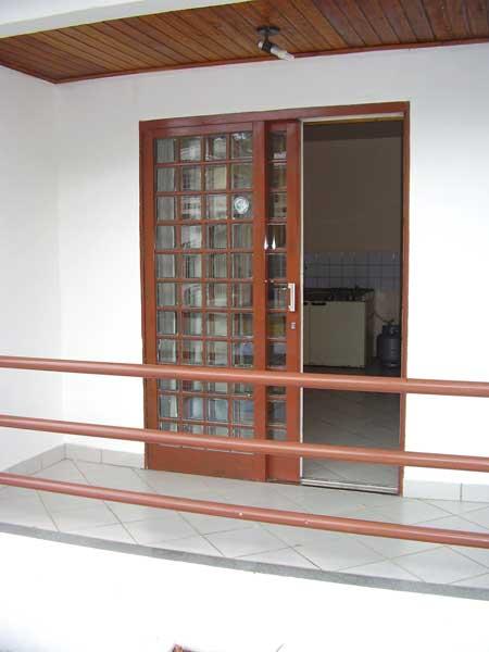 porta quadriculada com vidro