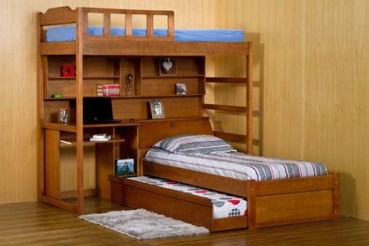 Treliche de madeira com escrivaninha.