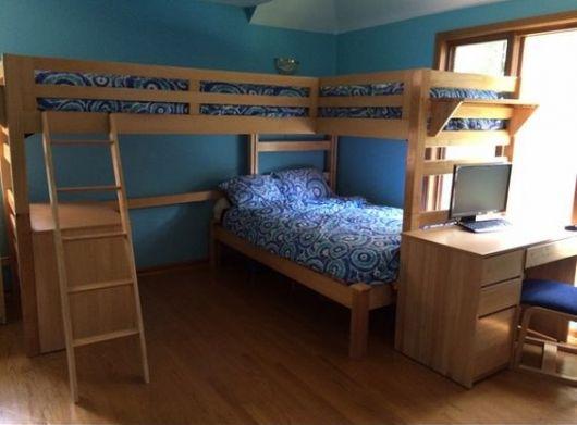 Treliche com escrivaninha e escada de acesso a cama superior.
