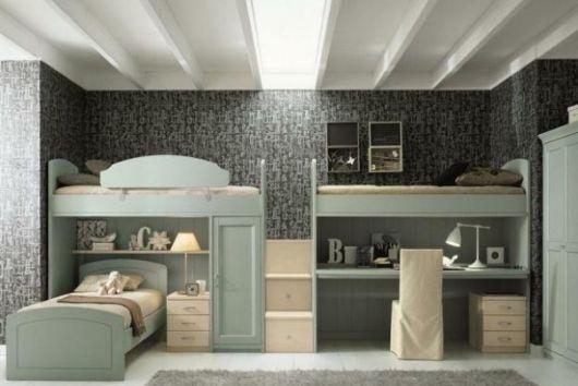 Treliche cinza no quarto com parede cinza escura.