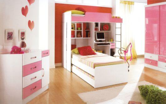 Use adesivos na parede, são uma boa alternativa para colorir os espaços em branco.