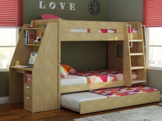 Treliche de madeira clara com detalhes da roupa de cama rosa.