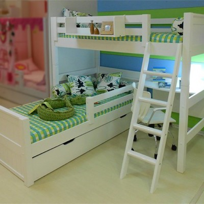 Treliche branco com roupa de cama verde.