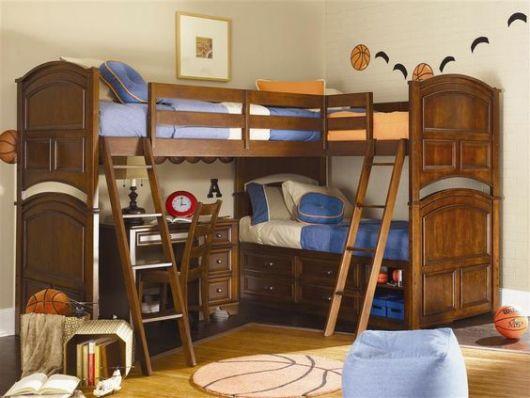 Treliche em madeira com roupas de cama azuis.