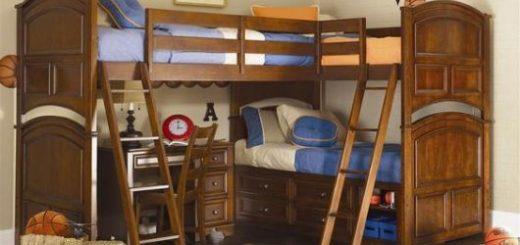 Treliche de madeira com duas escadas de acesso às camas superiores.